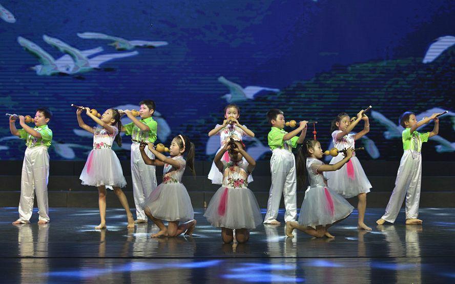 长沙市音协葫芦丝巴乌学会一周年庆典,李春华老师出席并演出